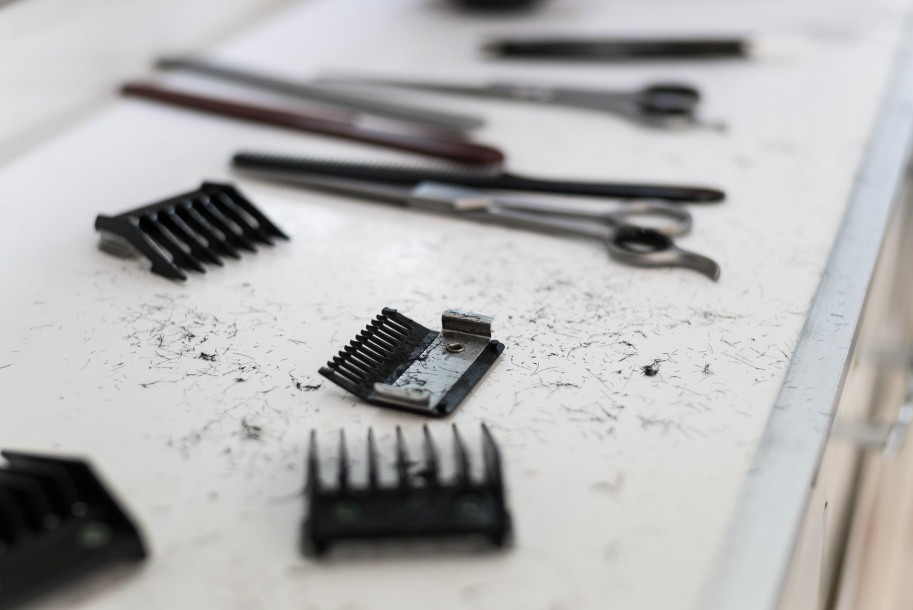 Scissors and razors lie next to the exchangeable ends of advanced shavers.