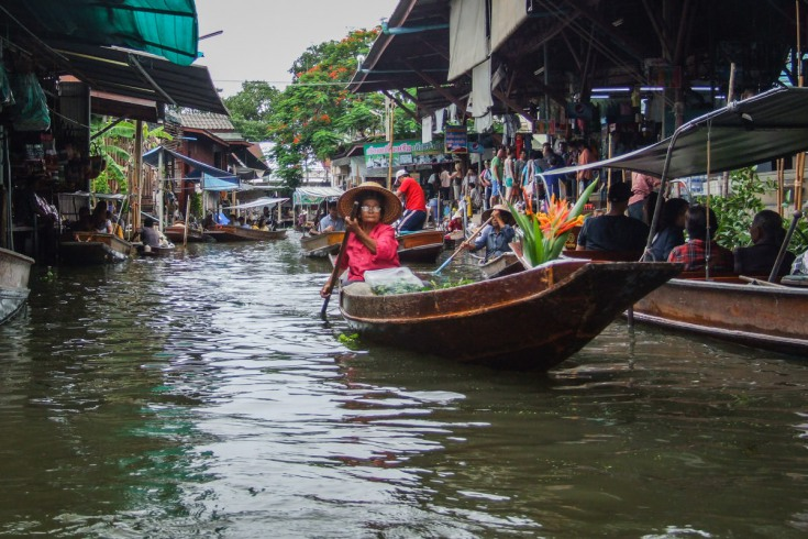 floating fruit stalls, and even mini-restaurants are an effective recipe for tourist success