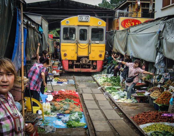 Maeklong – tajski market z adrenaliną w tle