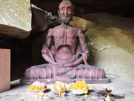Buddyzm pod wiszącą skałą